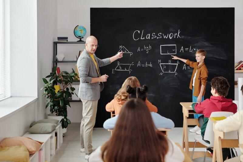 teacher_teaching_in_class